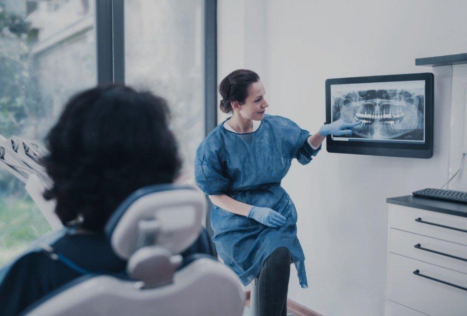 Dentystka ogląda rentgen szczęki pacjenta